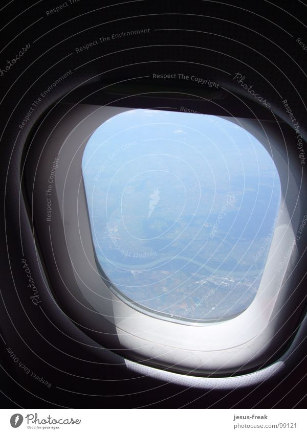 Im Flugzeug.... Geschwindigkeit Fenster Flugzeugfenster Sonnenstrahlen schön Aussicht himmlisch oben Wolken Luke klein rund Geografie Reichtum eng Innenaufnahme