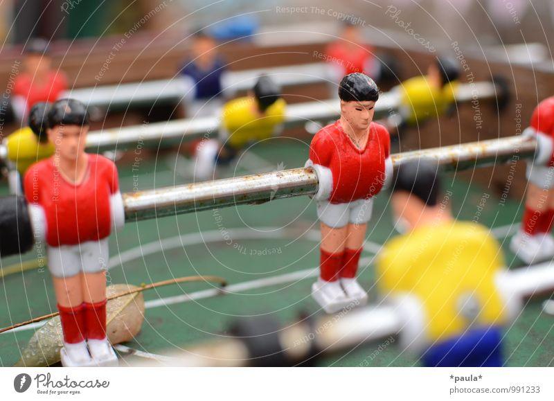 Rot gegen Gelb sportlich Freizeit & Hobby Spielen Tischfußball Sport alt dreckig blau gelb grün rot Farbfoto mehrfarbig Außenaufnahme Nahaufnahme Detailaufnahme