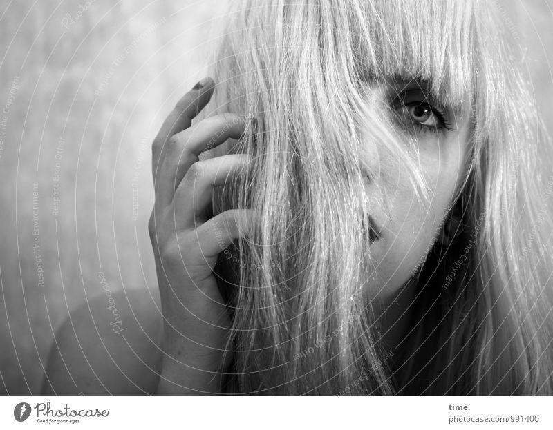 . Mensch Jugendliche schön Junge Frau Erotik Traurigkeit Gefühle feminin wild blond beobachten bedrohlich Schutz Leidenschaft Konzentration Schmerz