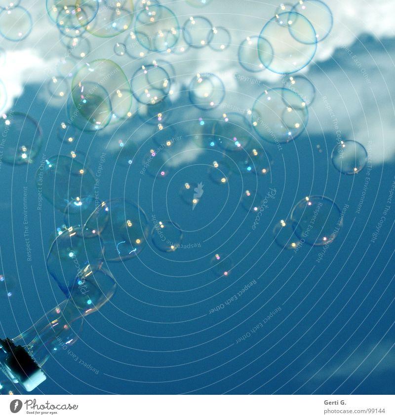 Blasen blasen Seifenblase Luftblase über den Wolken Schweben gleiten träumen Schaum traumhaft himmlisch himmelblau Verschiedenheit Größenunterschied weich zart