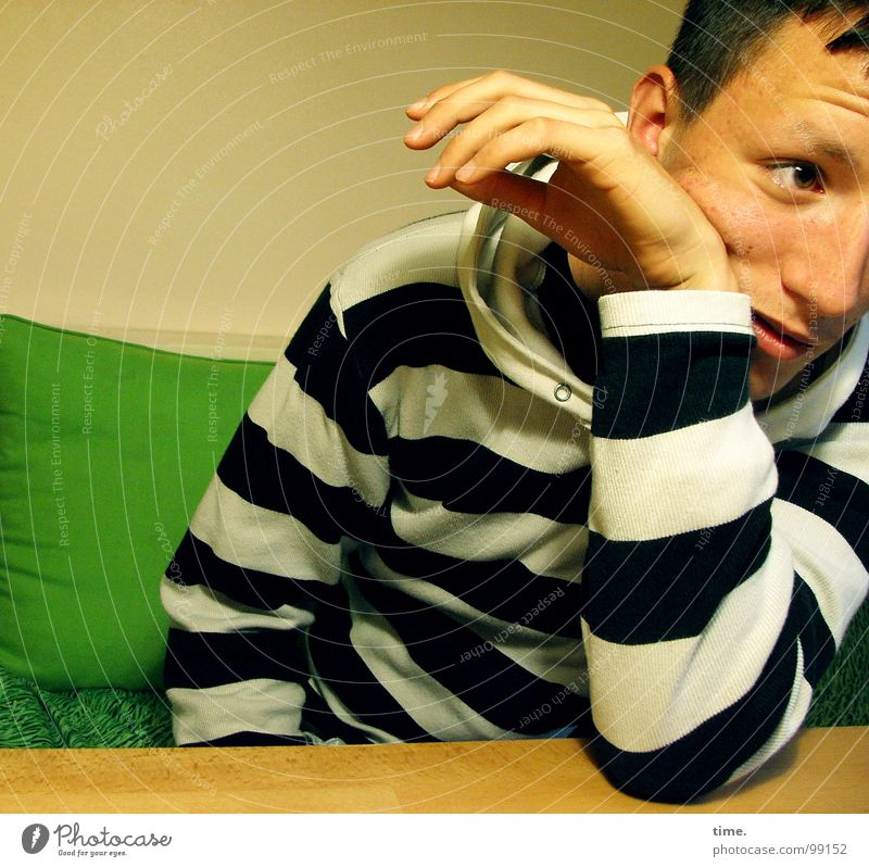 Sceptical Jugendliche grün Auge Kunst Arme T-Shirt Kultur Konzentration Charakter Kissen skeptisch sympathisch Junger Mann