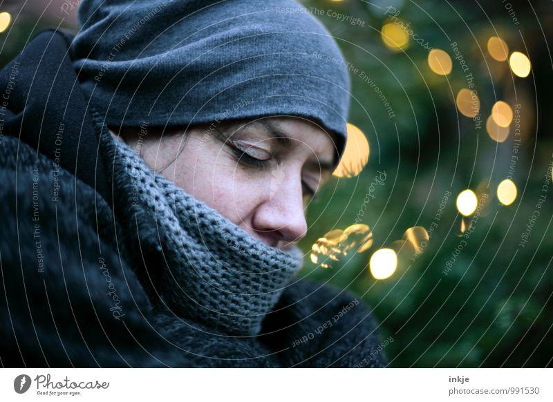 Heilige Nacht... Mensch Frau Weihnachten & Advent Einsamkeit Winter kalt Erwachsene Gesicht Leben Traurigkeit Gefühle Stil Stimmung Lifestyle träumen