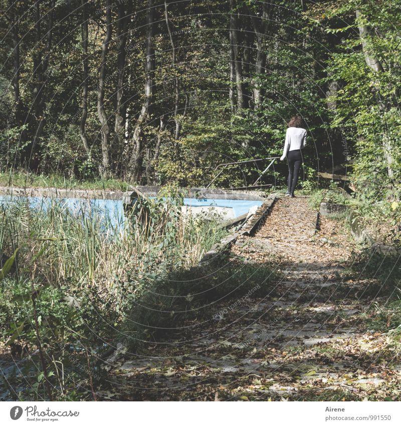 ! trash! | Badesaison beendet Mensch Frau Jugendliche alt blau Sommer Junge Frau 18-30 Jahre Erwachsene Traurigkeit feminin Wege & Pfade Schwimmen & Baden gehen braun wandern