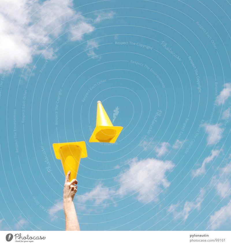 Pylone im Himmel blau Hand Wolken gelb Spielen fliegen Arme Kunststoff Verkehrsleitkegel jonglieren