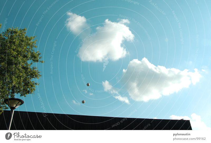 unbekannte Flugobjekte braun grün grau jonglieren Baum Lampe Wolken Dach Spielen blau Ball Himmel jonglierbälle