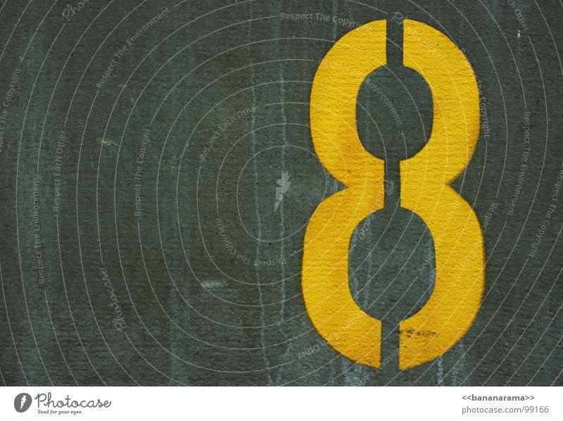 >>8<< gelb Wand Ziffern & Zahlen Parkplatz grau schwarz Kalk Geometrie Verkehrswege Ordnung