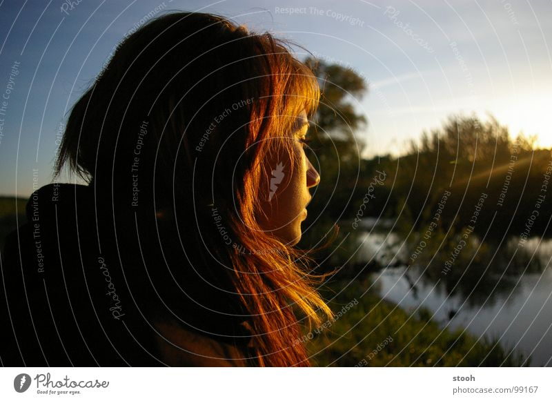 Goldmarie Sonnenuntergang Mädchen Frau verträumt genießen Lichtspiel Frieden Schatz Himmel Landschaft Fluss gold
