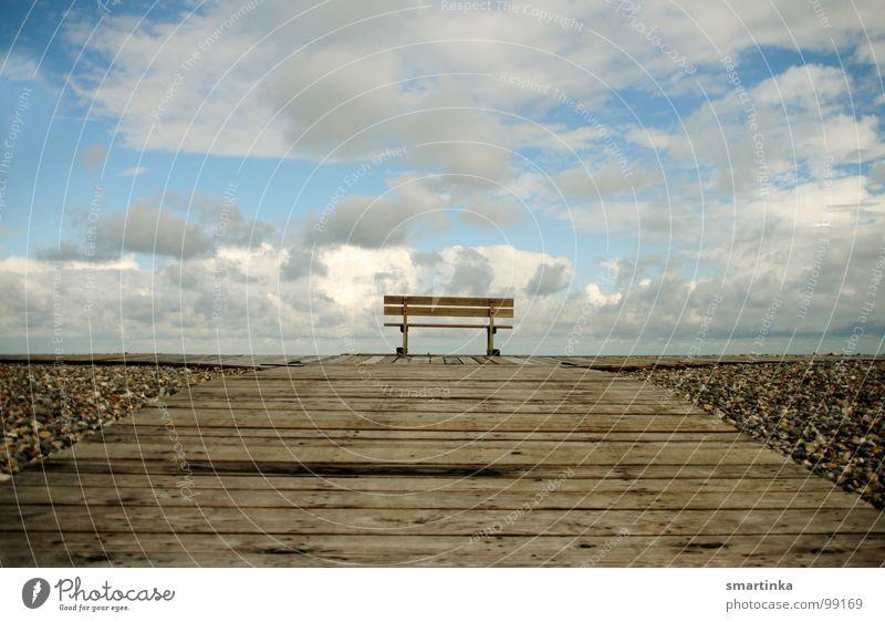 Mut zur Mitte Sitzgelegenheit Aussicht Einsamkeit ruhig Wolken Horizont Lieblingsplatz Holz Himmel Bank Raum leer Ferne Erholung Ruhe haben