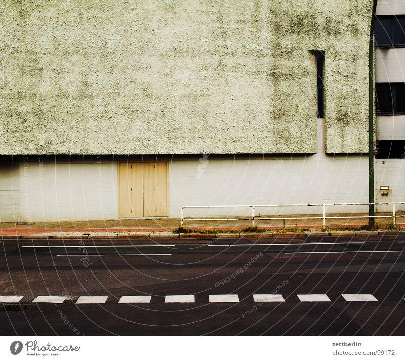 Kirche Gotteshäuser Neubau Beton Haus Wand Mauer leer ausdruckslos Menschenleer Fahrbahn Fahrbahnmarkierung Strichellinie Asphalt Architektur heilig Gebäude