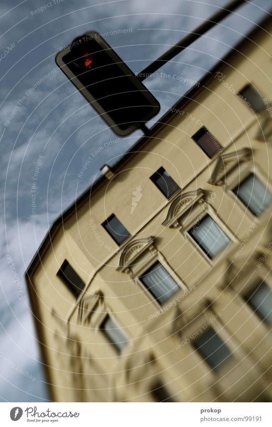 Bend it Baby! Himmel Stadt rot Wolken Haus Fenster Architektur Fassade Verkehr Geschwindigkeit stoppen Alkoholisiert Flucht Ampel