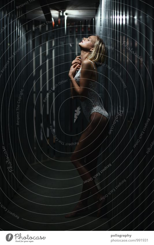 ... schön Mensch feminin Junge Frau Jugendliche Erwachsene Körper 1 18-30 Jahre Vorsicht Gelassenheit geduldig ruhig Keller blond Farbfoto Gedeckte Farben
