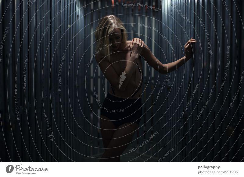 ... Mensch Frau Jugendliche Junge Frau Einsamkeit 18-30 Jahre dunkel kalt Erwachsene Leben Traurigkeit Gefühle feminin Stimmung Körper blond