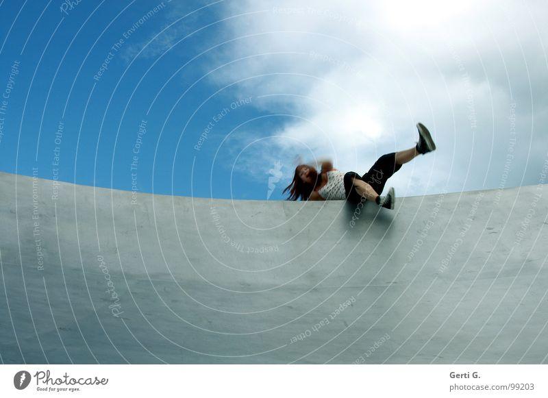 unbalance Mut fallen Frau Junge Frau langhaarig Schuhe Chucks gelenkig verrenken Am Rand Tellerrand Rampe Oberfläche Wand himmelblau himmlisch Wolken