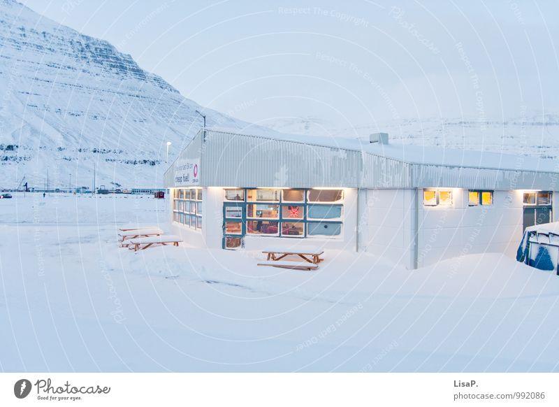 Tanke blau weiß Haus Ferne Winter kalt Berge u. Gebirge Schnee Gebäude Erde Idylle trist Dorf Island Kleinstadt Industrieanlage