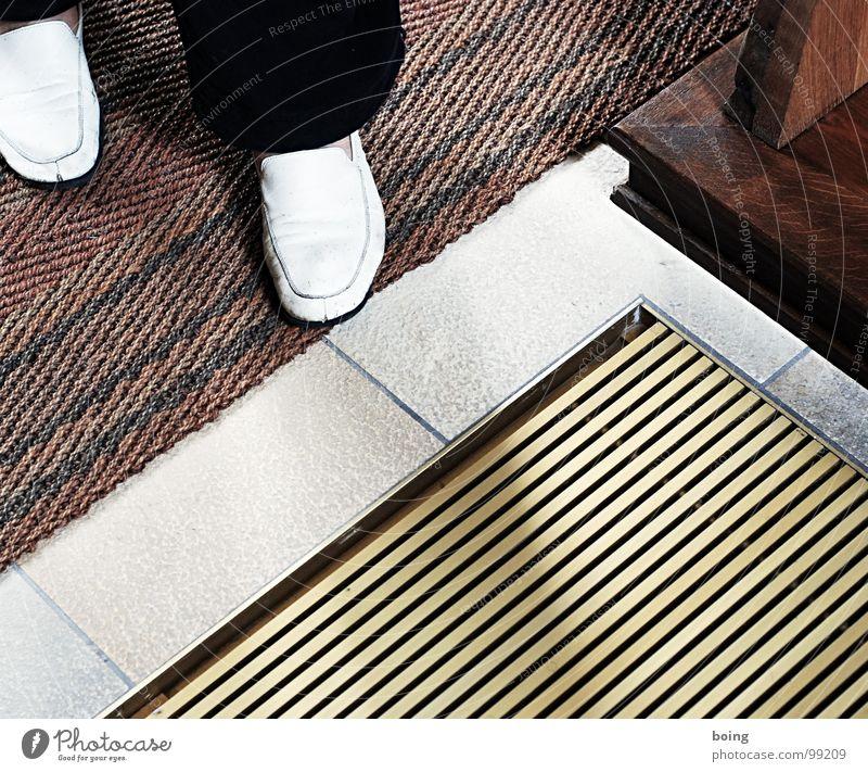 einen Schritt weiter! Fußmatte Schuhe Slipper Lederschuhe Tanzschuhe Teppich stehen gehen Ecke zögern Vertrauen Moiré-Effekt Gitter Bogen schätzen Kostbarkeit