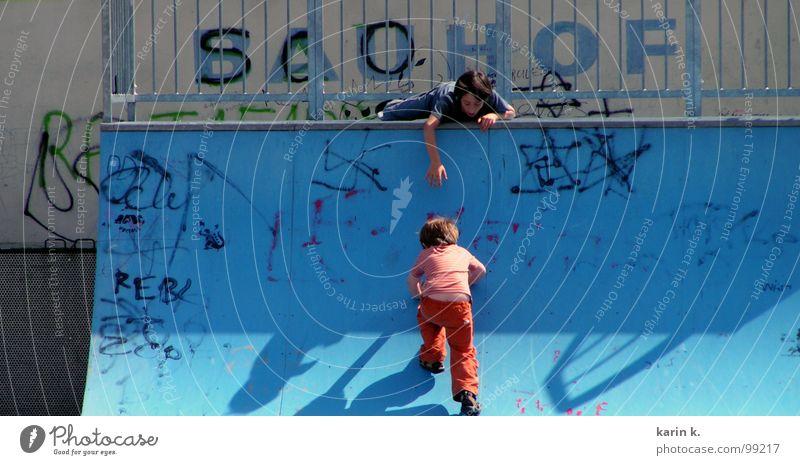 du schaffst es Kind Junge Spielen Skateplatz Hilfsbereitschaft Hand Spielplatz Rutsche Graffiti Schatten