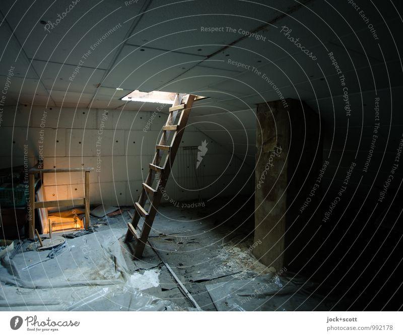 Geheimnis unterm Dach Dachboden Baustelle Leiter Abdeckung authentisch dunkel einfach kalt oben Geborgenheit Wege & Pfade Luke Freiraum Gedeckte Farben