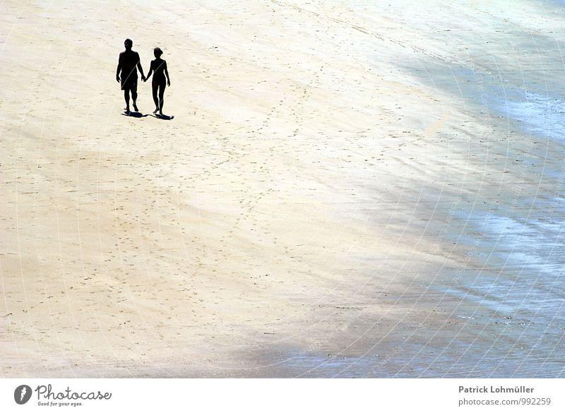 Zweisamkeit Mensch Paar Körper 2 30-45 Jahre Erwachsene Natur Sand Sommer Schönes Wetter Strand Saint-Malo Frankreich Europa Kleinstadt Wasser berühren Bewegung