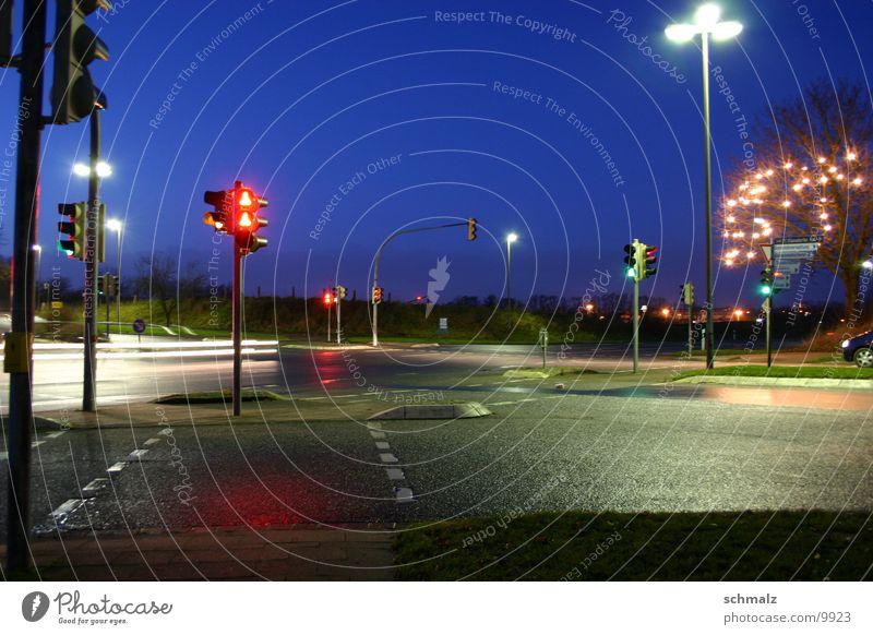 Die Kreuzung Langzeitbelichtung Nacht Verkehr Straße Mischung PKW Dämmerung Himmel Licht Abend