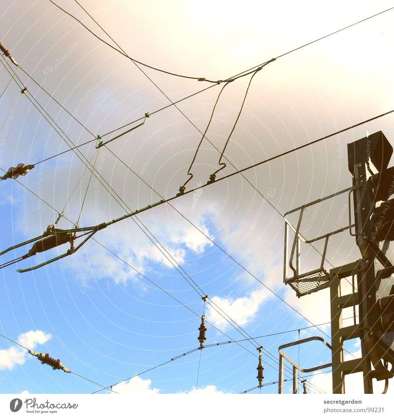 signal Signalanlage Wolken Froschperspektive Elektrisches Gerät Elektrizität Ampel Raum Bahnanlage Eisenbahn Ferne Technik & Technologie Himmel Kabel hell blau
