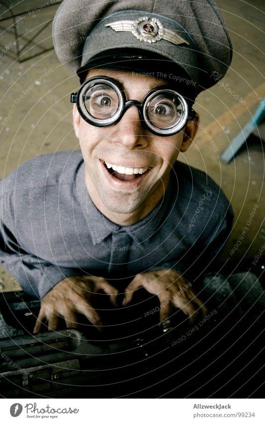 Karl - TMS Mann Freude Büro lachen Fröhlichkeit Brille Freundlichkeit dumm DDR Soldat Freak Stab Dummkopf Fischauge Schreibmaschine Büroangestellte