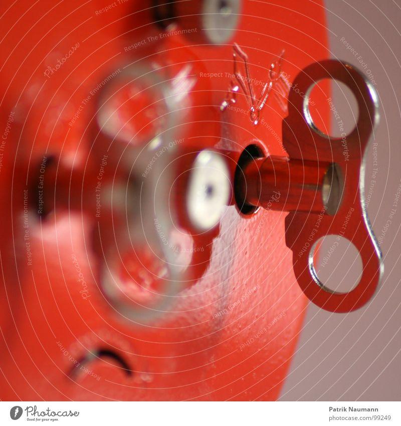 Stellwerk Uhr rot Bahnanlage Rad Metall Wecker Tiefenschärfe Makroaufnahme Nahaufnahme Anpassung Detailaufnahme Örtlichkeit Zeit