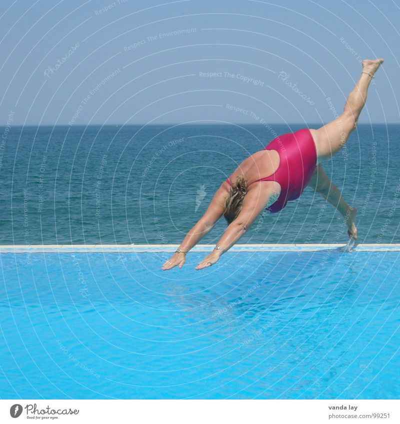 Kopfsprung deluxe IV Frau alt Wasser Ferien & Urlaub & Reisen Meer Sommer Freude Strand Sport springen Küste Beine rosa nass Schwimmen & Baden Beginn
