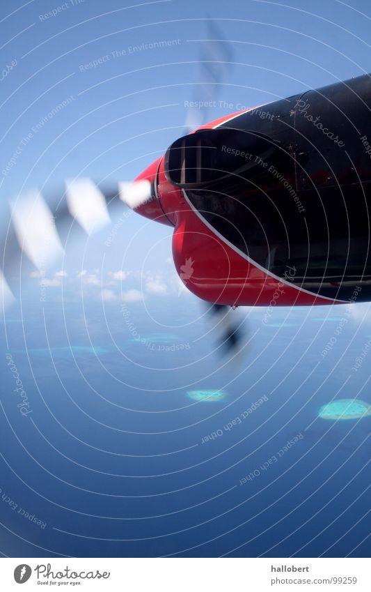 Malediven von oben 01 Meer Ferien & Urlaub & Reisen Trauminsel Flugzeug Wolken über den Wolken Triebwerke Propeller Strand Küste Insel traumurlaub fliegen