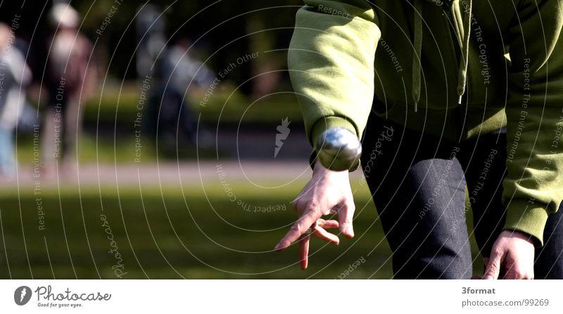 boule_03 Hand Ferien & Urlaub & Reisen Wiese Spielen Holz Menschengruppe Freizeit & Hobby Platz Konzentration Kugel silber werfen Kies stagnierend Staub Schwung