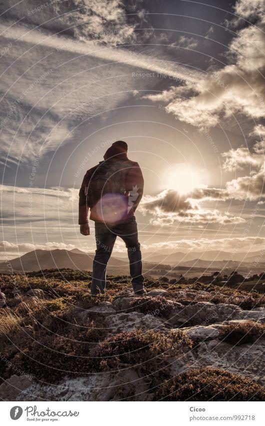 Weitblick. Mensch Natur Landschaft Berge u. Gebirge außergewöhnlich Felsen Horizont träumen Kraft Zufriedenheit stehen Erfolg ästhetisch Lebensfreude Abenteuer