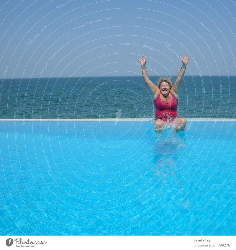 Arschbombe deluxe II Frau blau alt Wasser Ferien & Urlaub & Reisen Sommer Meer Freude Strand Erholung Spielen Freiheit Küste springen Schwimmen & Baden rosa