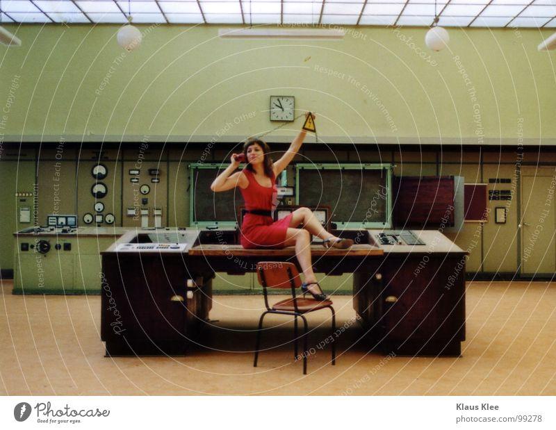 TO PLAY WITH THE BOMB :. Mensch Frau grün rot Freude Wärme sprechen Bewegung lustig Gras Spielen Zeit Lampe gehen Erde Raum