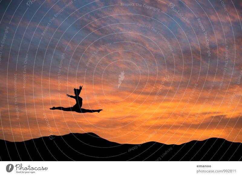 Der fliegende Spagat Mensch Himmel Natur Jugendliche Junge Frau Wolken Freude Ferne Leben feminin Stil Sport Freiheit springen Lifestyle