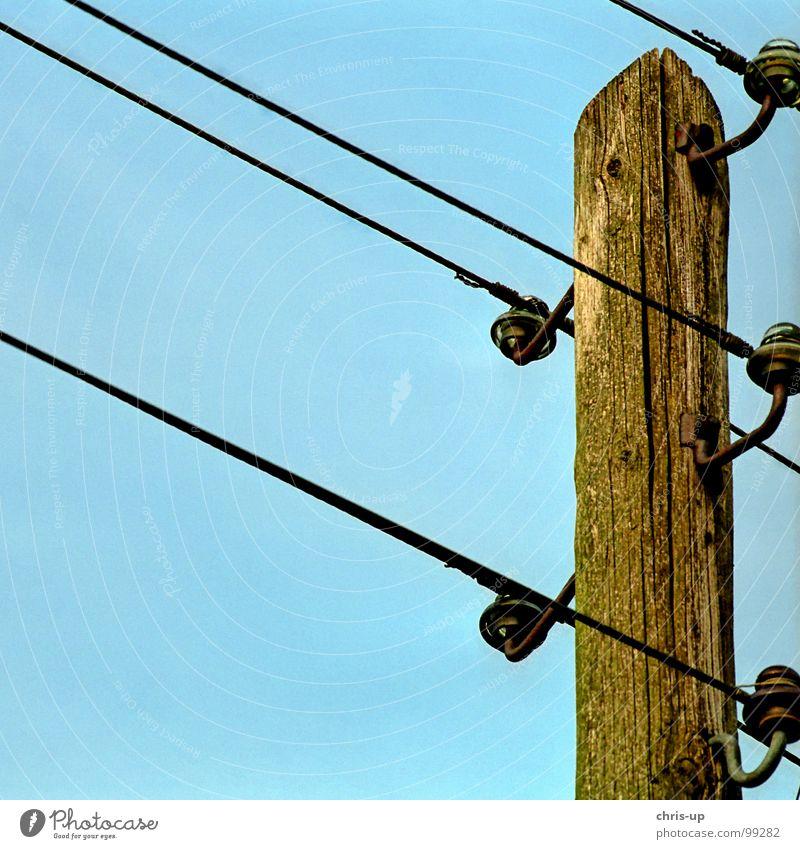 Strommast alt Himmel Baum blau Holz Wärme Umwelt Industrie Energiewirtschaft Elektrizität Technik & Technologie Kommunizieren Kabel kaputt Fernsehen verfallen
