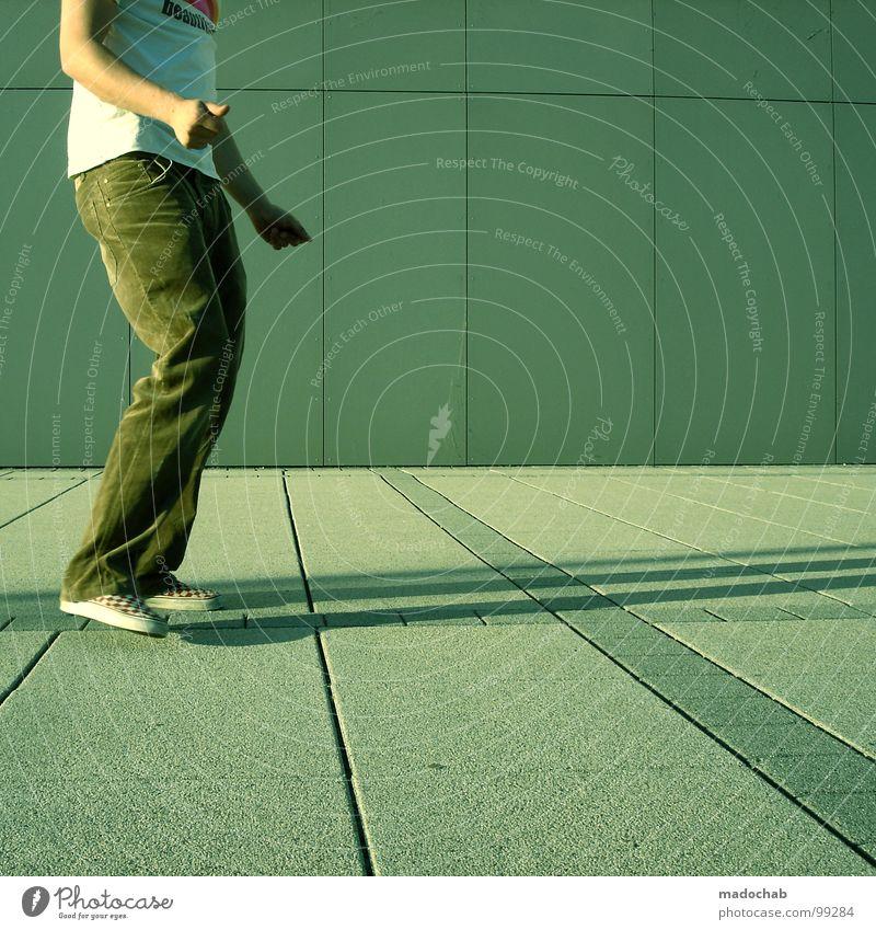Junger Mann tanzt in urbanem Kontext und lebt den Lifestyle Musik stehen leer einfach Körperhaltung Stil industriell lässig beweglich dumm Hose Schuhe Rhythmus