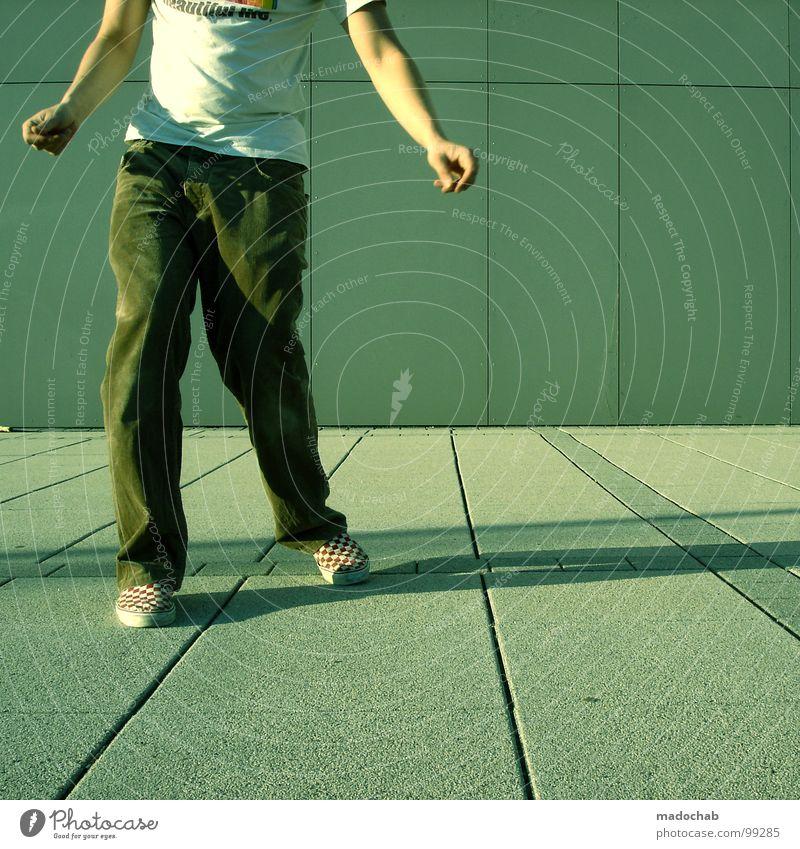 STEP TWO Mensch Mann Jugendliche Einsamkeit Bewegung Stil Mode Musik Schuhe Tanzen leer stehen Coolness T-Shirt Körperhaltung einfach