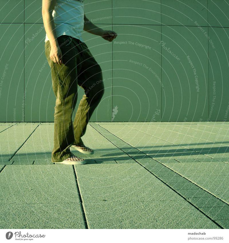 STEP THREE Musik stehen leer einfach Körperhaltung Mann Stil industriell lässig beweglich dumm Hose Schuhe Rhythmus Takt Freestyle improvisieren Mensch