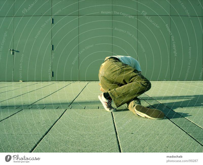 STEP FOUR Musik stehen leer einfach Körperhaltung Mann fallen umfallen Missgeschick Stil industriell lässig beweglich dumm Hose Schuhe Rhythmus Takt Freestyle