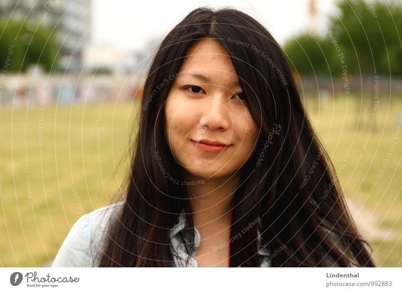 Berlin Portrait F#1 Frau grün rot schwarz Gesicht Erwachsene Wiese lachen Haare & Frisuren Lächeln Lippen schwarzhaarig Berlin-Mitte Asiate