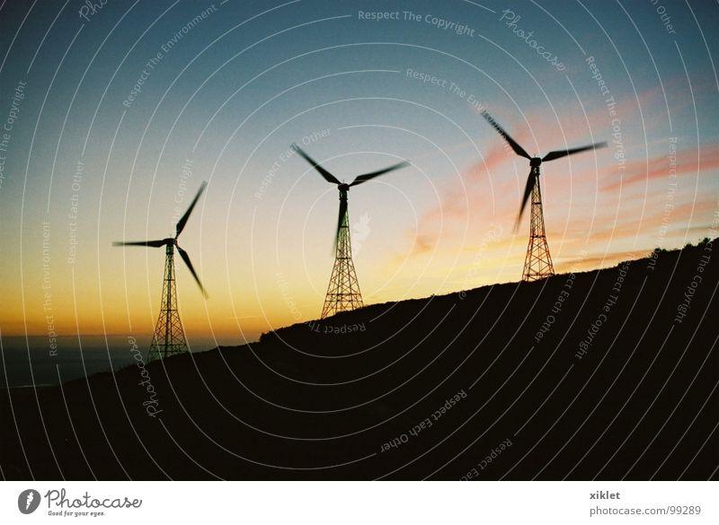 farbiger Himmel gelb rosa Sommer Berge u. Gebirge Farbe blau Landschaft dunkel Wind Bewegung kalt Natur Abend Abenddämmerung drehen rotieren Windkraftanlage