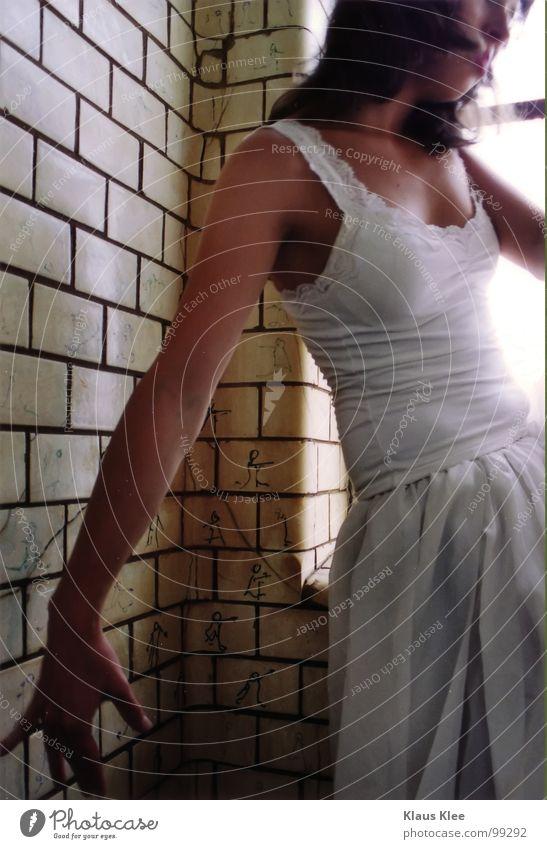 TO PLAY MY VIOLONCELLO Frau Jugendliche weiß Hand schön Sonne Auge Fenster Spielen Gefühle Bewegung Wege & Pfade Haare & Frisuren lachen Traurigkeit Lampe