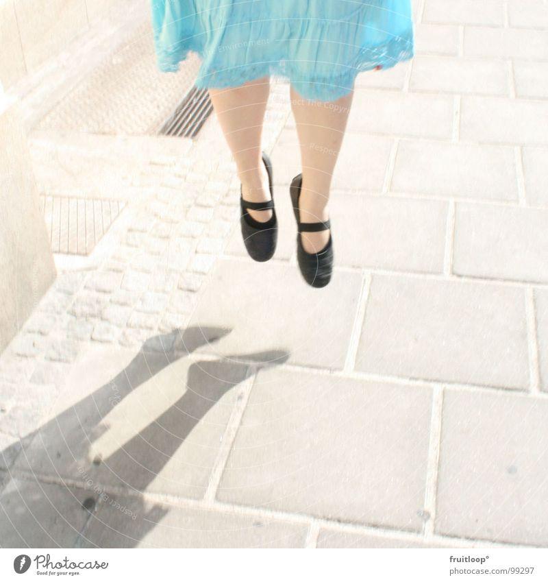 """the modern way to """"walk"""" Schweben hängend Frau Fee Gehsteig Straße Beine Schatten"""