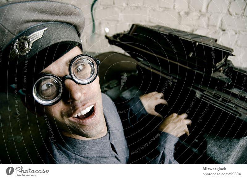 Karl - Die Schreibmaschine ist seine große Liebe Mann Büro lachen Fröhlichkeit Kommunizieren Brille Freundlichkeit dumm DDR Soldat Freak Stab Dummkopf