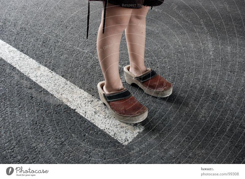 Die Entscheidung Straße Fuß Denken Beine warten Erfolg Beginn Verkehr Wachstum Zukunft Kommunizieren stehen Asphalt Tracht stoppen Leder