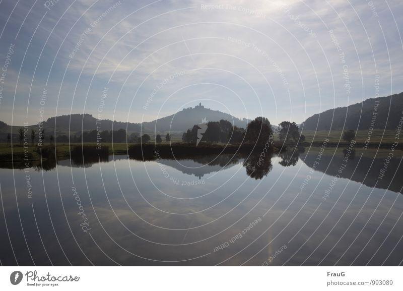 Ruhe Natur Landschaft Wasser Himmel Wolken Schönes Wetter Baum Sträucher Hügel Seeufer Menschenleer Burg oder Schloss ruhig Reflexion & Spiegelung Nebel