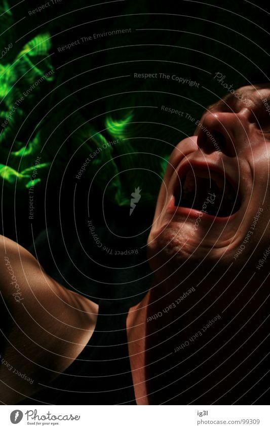 disharmonie Mann Rausch schreien Bett Wut Gefühle rot errötet böse fletschen Zweifel sprechen stark zügellos Innenaufnahme Porträt biegen krumm verschoben