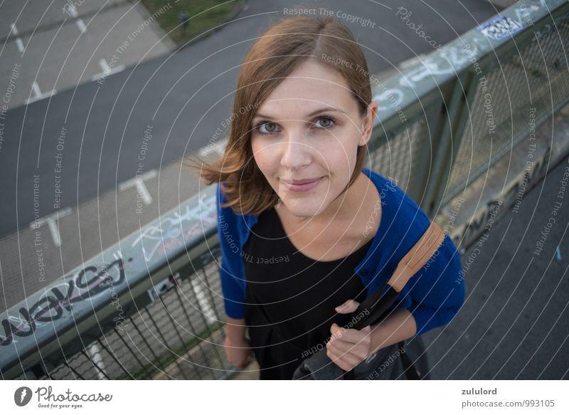 vogelperspektive Lifestyle feminin Junge Frau Jugendliche Erwachsene 1 Mensch 18-30 Jahre ästhetisch schön Glück Lächeln Weitwinkel Porträt Farbfoto
