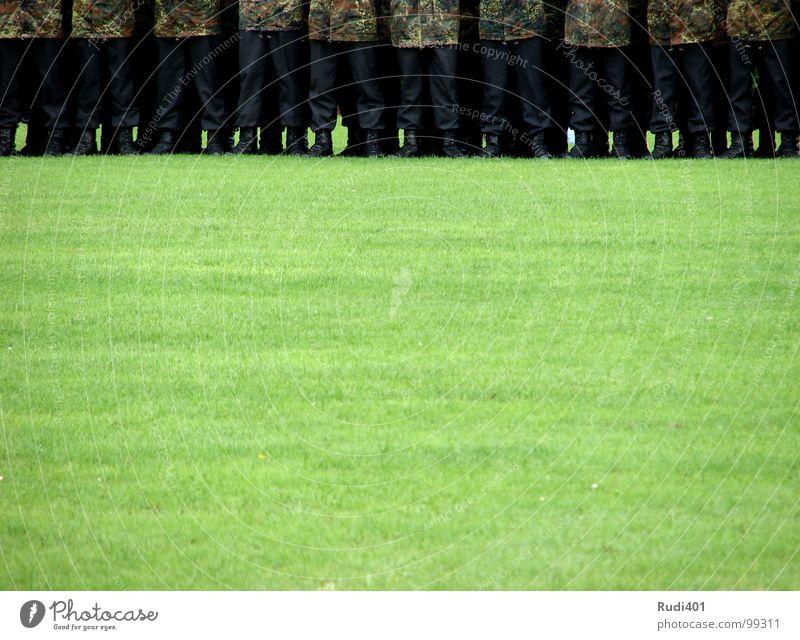 achtung Soldat Wiese grün Stiefel Uniform Tarnung schwarz fest Armee Pflicht Konzentration Macht Mann eineidigung Reihe Teile u. Stücke Bündel Bundeswehr