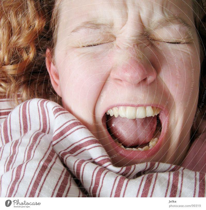 VORSICHT! Samstags NICHT vor 10 Uhr wecken! Mensch Frau weiß rot Gesicht Erwachsene Haare & Frisuren blond Mund Nase Streifen Zähne schreien Gesichtsausdruck Decke gestreift