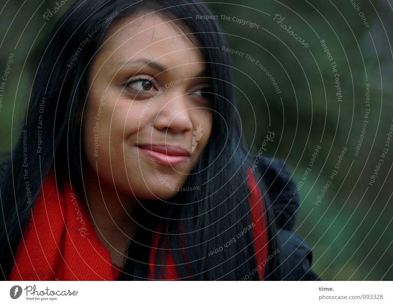 . feminin Junge Frau Jugendliche 1 Mensch Park Jacke Schal schwarzhaarig langhaarig beobachten Lächeln Blick schön Fröhlichkeit Zufriedenheit Lebensfreude